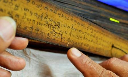 Seorang peneliti melakukan transliterasi atau alih aksara naskah Jawa kuno jenis Merbabu ke bahasa Latin di Perpustakaan Nasional di Jakarta, Jumat (31/10).