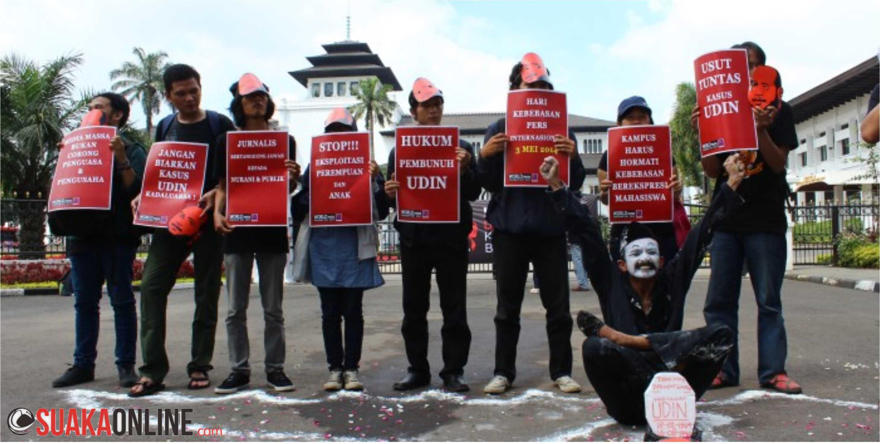 Peserta aksi dari Aliansi Jurnalistik Independen (AJI) Bandung sedang melakukan aksi teatrikal dalam peringatan Hari Kebebasan Pers Sedunia di depan Gedung Sate, Bandung, Sabtu (3/5). Dalam aksi ini AJI Bandung menuntut kejelasan kasus pembunuhan terhadap beberapa jurnalis yang sampai saat ini belum tuntas seperti kasus Udin. Foto: Robby Darmawan/Magang