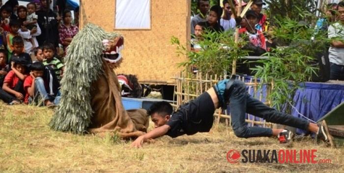 Seorang laki-laki saat bergelepar ketika menampilkan pertunjukan Seni Reka, Minggu (11/5/2014). (Foto: Adam Rahadian Ashari/Suaka)