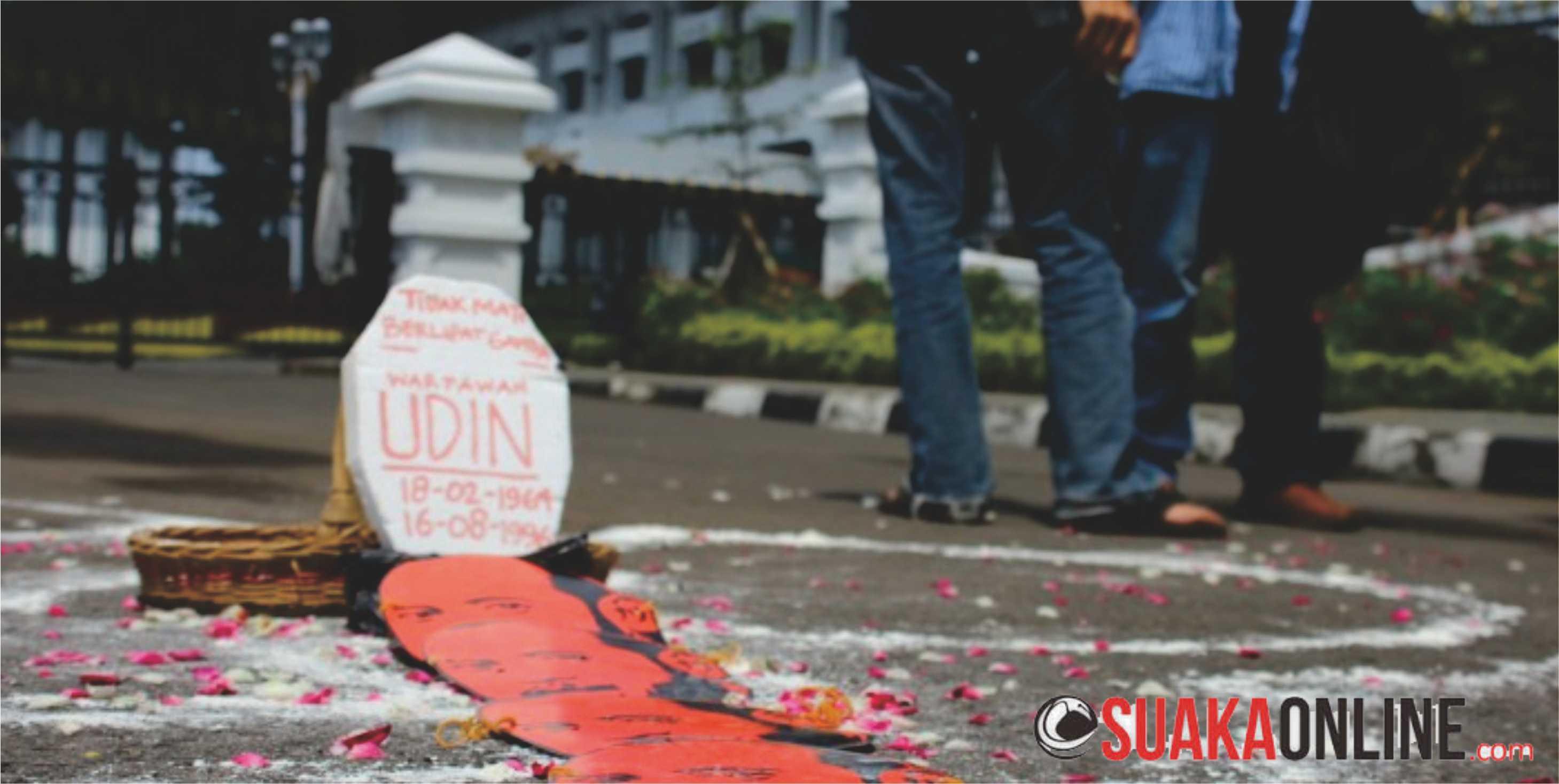 Padung makam Udin jurnalis yang dibunuh sebagai simbol matinya penegakan hukum dalam peringatan Hari Kebebasan Pers Sedunia di depan Gedung Sate, Bandung, Sabtu (3/5). Foto: Robby Darmawan/Magang