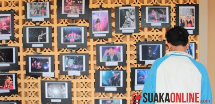 Pengunjung melihat-lihat sajian artistik yang ada di Balai Santika Universitas Padjajaran, Rabu (4/6/2014).
