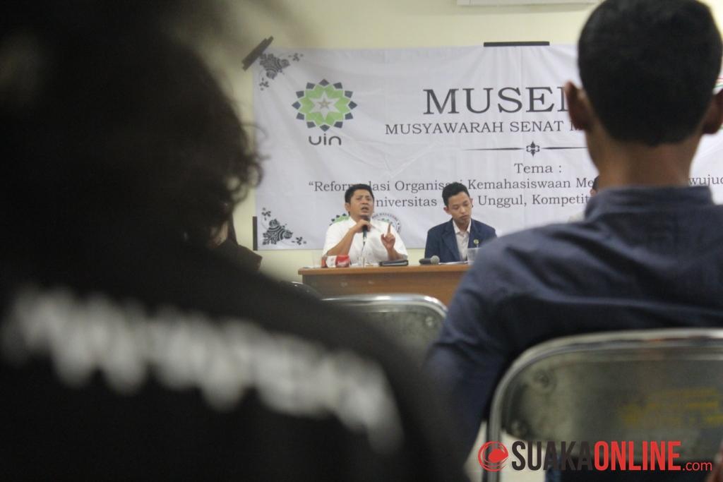 Wakil Rektor III, Ali Ramdani (kiri) menjelaskan perihal SK Dirjen tahun 2013 yang belum diberlakukan di UIN SGD Bandung pada Musyawarah Senat Mahasiswa (Musema), Jumat (20/6/2014) di Lecture Hall UIN SGD Bandung. Sampai sekarang UIN SGD Bandung masih memberlakukan SK Dirjen tahun 2007. (Foto : Robby Darmawan)