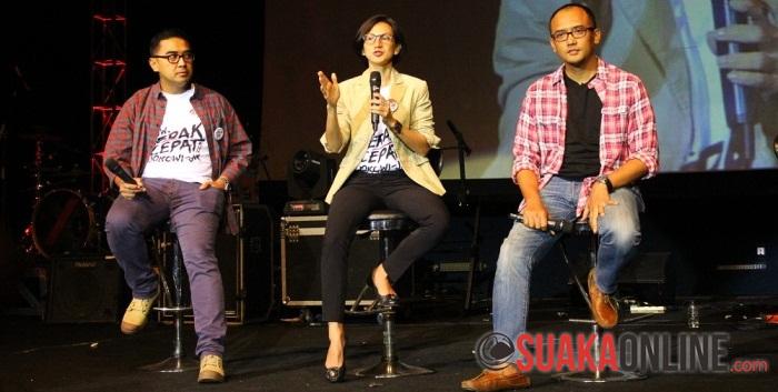 "Farhan (Kiri), Wanda Hamidah (Tengah), Dimas (Kanan) sedang berincang dengan tema ""Kenapa Lo dan Gue Penting"" di Acara Rock The Vote, (27/6/2014). (Foto: Nita Juniati)"
