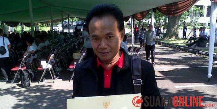 Dosen Fakultas Dakwah dan Komunikasi Jurusan BKI UIN SGD Bandung, Isep Zaenal, menunjukan penghargaan dari Gubernur Jawa Barat dan Badan Narkotika Nasional Provinsi Jabar, di halaman parkir barat, Gedung Sate, Jalan Diponogoro, Kota Bandung (26/6/2014).