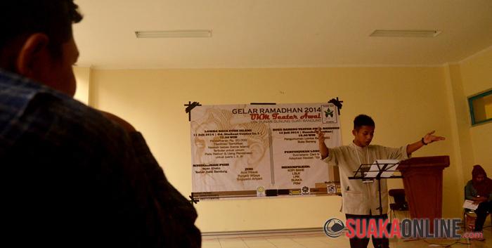 Seorang peserta Lomba Baca Puisi Islami sedang membacakan puisi pada acara Gelar Ramadhan 2014 UKM Teater Awal, di Meeting Room, Gedung Student Center UIN SGD Bandung, Jumat (11/7/2104). (Foto : Ahmad Rijal Hadiyan).