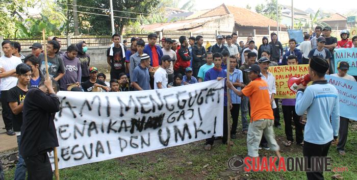 Para  OB berkumpul di depan kantor Pengawas dari PT. Dewi Mulya yang berada di belakang aula utama Kampus UIN SGD Bandung. (Foto : Restia Aidila Joneva)