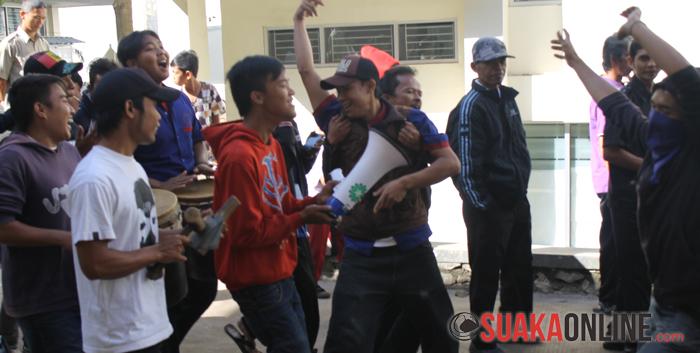 Para OB menunjukkan kekesalannya kepada pihak Kampus dengan melakukan atraksi dan juga menari-nari.  (Foto : Restia Aidila Joneva)