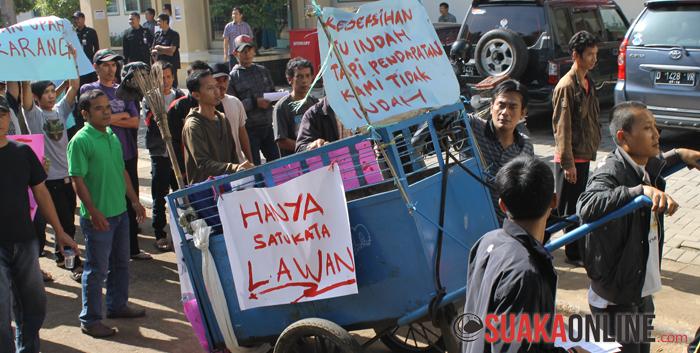 Para OB berjalan menuju Gedung Al-Jamiah sambil mengarak  gerobak sampah, Senin (28/04) lalu.  (Foto : Restia Aidila Joneva)