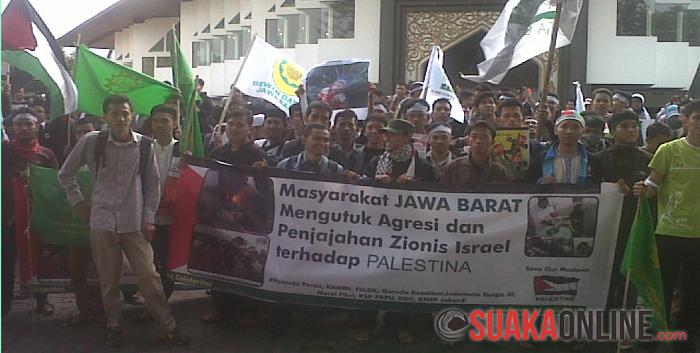 Ribuan orang sedang melakukan aksi damai untuk mendesak Pemerintah Indonesia dan PBB memerdekakan Palestina, Jumat (11/7/2014). (Foto : Anne Maulidiani Della).