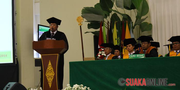 Gubernur Jawa Barat, Ahmad Heryawan sedang menyampaikan Orasi Ilmiah dalam penganugerahan gelar Doctor Honoris Causa, di Auditorium UIN SGD Bandung, Kamis (17/7/2014). (Foto : Robby Darmawan)
