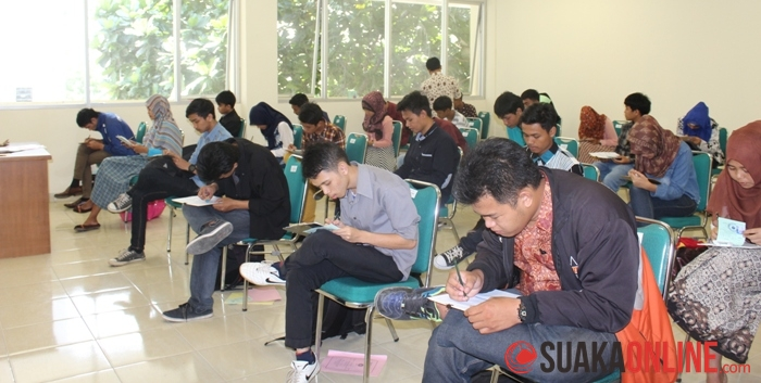 Sejumlah calon mahasiswa baru UIN SGD Bandung sedang mengerjakan soal Ujian Mandiri (UM), Rabu (8/7/2014). (Foto : Fitri Pebriani).