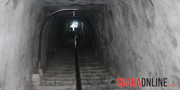 Untuk memasuki Lobang Jepang, para pengunjung harus menuruni terlebih dahulu 132 anak tangga. Sebelum direnovasi, Lobang Jepang tidak memiliki anak tangga, masih dilapisi oleh tanah biasa. (Foto : Restia Aidilia Joneva)