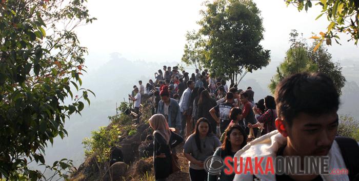 Suasana diatas Tebing Kraton yang dipenuhi ratusan pengunjung. (Foto : Wisma Putra)
