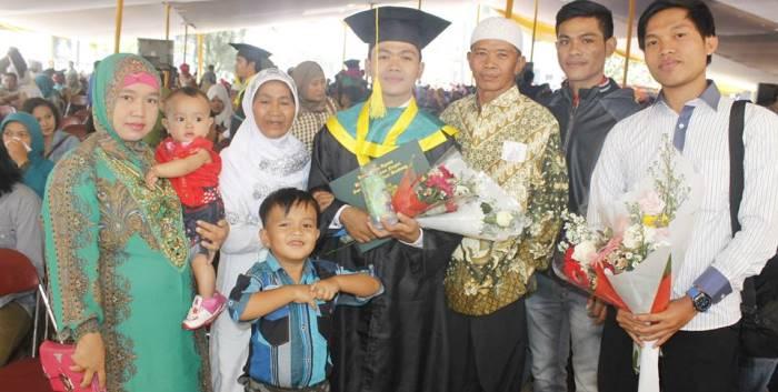 Muhammad Subhan (tengah) saat berfoto bersama keluarga. (Dok. Pribadi)