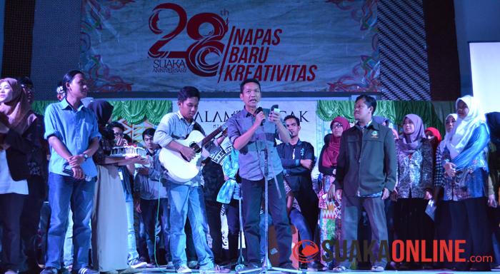Para pengurus, anggota dan alumni sedang bersiap untuk meniup lilin diringi oleh pembacaan puisi oleh alumni Suaka Hanan Hasyim dalam acara Malam Puncak Milad Suaka ke-28 di Auditorium UIN SGD Bandung, Rabu (24/9/2014).