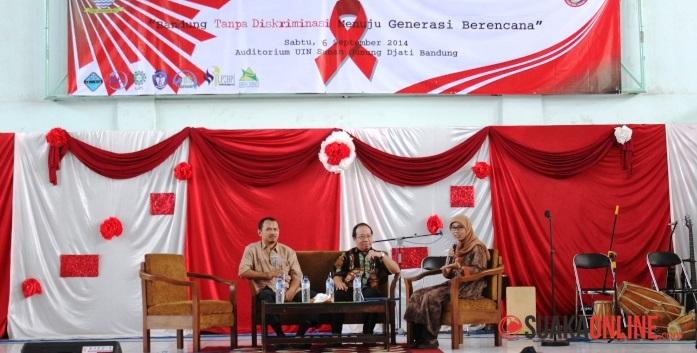 dr. Ronald Jonatan (tengah) dan Agung SKM saat memberikan materi tentang HIV/AIDS. (Foto: Robby Darmawan)