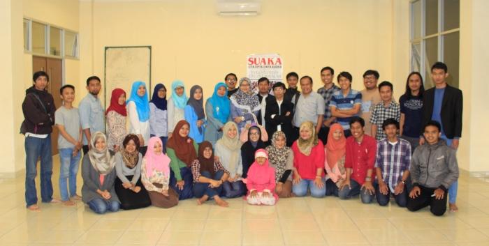 Berfoto bersama para alumni LPM Suaka dan anggota Suaka. (Foto: Dede Lukman Hakim)