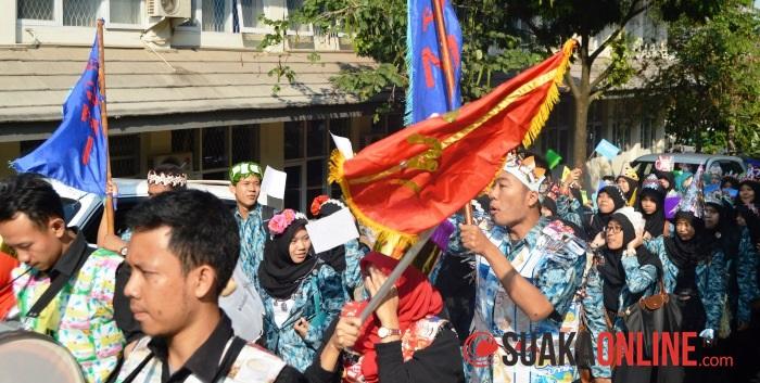 Sejumlah mahasiswa Fakultas Tarbiyah dan Keguruan saat mengikuti acara Karnaval Pendidikan. (Foto: Restia Aidila Joneva/Suaka)