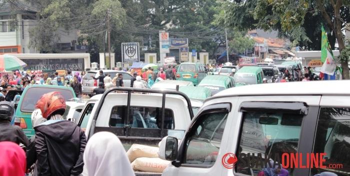 Suasana lalu lintas di WIsuda ke-59 tahun lalu. (Foto: Adi Permana)