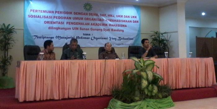 Jajaran Rektorat UIN SGD Bandung saat memberikan sosialisasi mengenai pedoman umum organisasi kemahasiswaan baru. (Foto: Muhammad Zidni Nafi'/Kontributor)