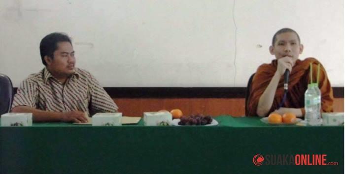 Pasudasilo (kanan), seorang  Biksu Budha, dari Vivasana Graha, Lembang, Bandung saat memberikan kuliah umum.
