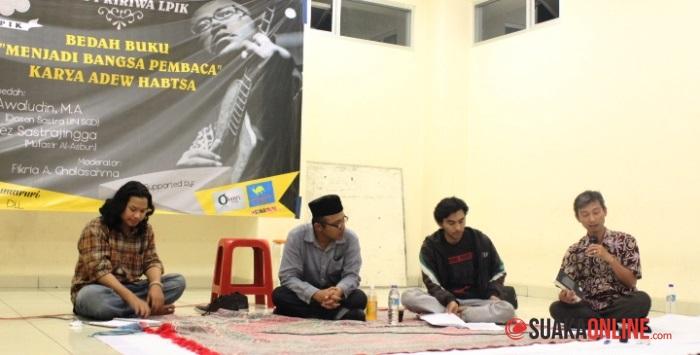 Moderator (kiri) dan para pemateri di Rumpi Ririwa LPIK Bedah Buku Menjadi Bangsa Pembaca karya Adew Habtsa. (Dok. LPIK)