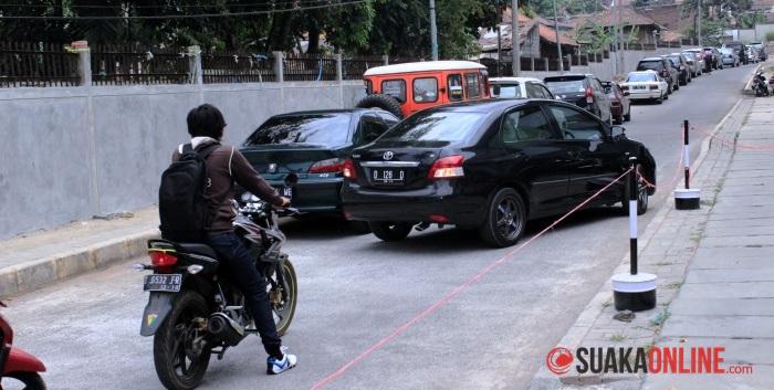 Mobil-mobil parkir di bahu jalan di dalam kampus UIN SGD Bandung karena kurangnya lahan parkir. (Foto: Dede Lukman/Suaka)