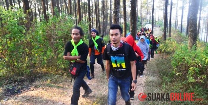 Para peserta KALM bersama panitia Mahapeka sedan mendaki Gunung Manglayang. (Foto : Siti Dzakiyyah)