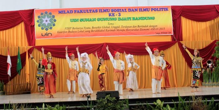 Penampilan tari Nusantara dari mahasiswa Universitas Pendidikan Indonesia di acara Milad FISIP yang ke-3, Rabu (8/10/2014). (Foto: Adi Permana)