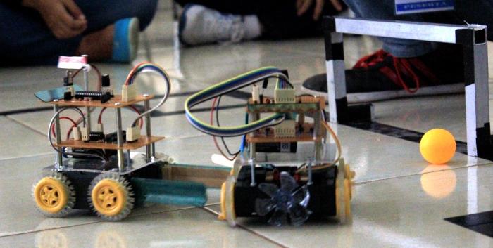 Dua Robot Digital sedang berlomba memasukan bola tenis meja ke dalam gawang di acara Lomba Robotik, Sabtu (11/10/2014). (Foto: Dede Lukman Hakim)