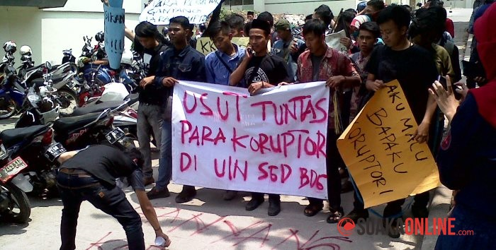 Forum Demokarasi Mahasiswa (Fordem) saat melakukan aksi demonstrasi di UIN SGD Bandung. (Foto: Wisma Putra)
