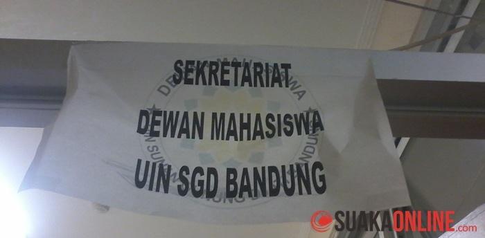 """Ilustrasi: Tulisan """"Sekretariat Dewan Mahasiswa UIN SGD Bandung"""" dia atas pintu Ruang Sekretariat Dema di Student Center lantai 2."""