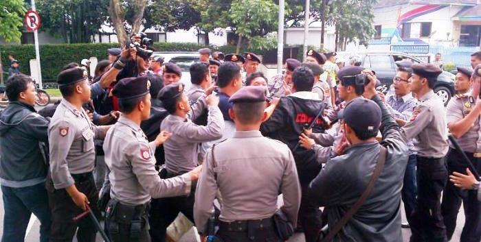 Ratusan mahasiswa dari Himpunan Mahasiswa Islam (HMI) Kota Bandung  ricuh dengan polisi saat melakukan aksi demonstrasi menolak kenaikan harga Bahan Bakar Minyak (BBM) di depan Kantor DPRD Jawa Barat, Jumat (21/11/2014).