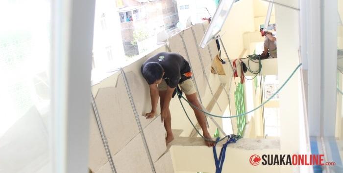 Anggota Mahapeka saat membersihkan plafon di atap Gedung Student Center. (Foto: Dede Lukman Hakim)