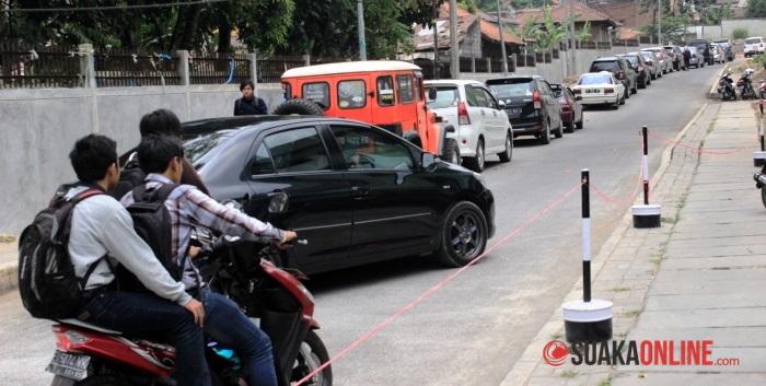 Sejumlah kendaraan peribadi parkir di bahu jalan di UIN SGD Bandung. (Foto: Dede Lukman Hakim)