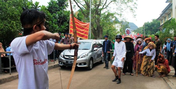 Seorang peserta sedang melakukan aksi teatrikal di acara Karnaval Fakultas Syariah dan Hukum UIN SGD Bandung. (Foto: Restia Aidila Joneva)