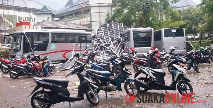 Dua buah bus UIN SGD Bandung dan beberapa motor tertimpa puing-puing atap setelah angin puting beliung. (Foto: Topan/Menwa)
