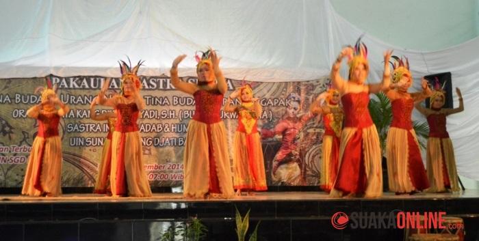 Beberapa mahasiswa BSI saat menampilkan kreasi khas Sunda. (Foto: Isthiqonita)