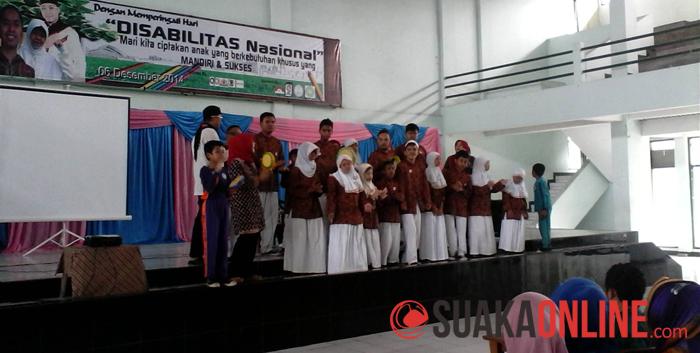 Beberapa anak berkebutuhan khusus sedang menyanyi dalam acara Talkshow Motivasi memeperingati Hari Disabilitas Nasional di Auditorium UIN SGD Bandung, Sabtu (6/12/2014). (Foto : Ratu Arti Wulan Sari).