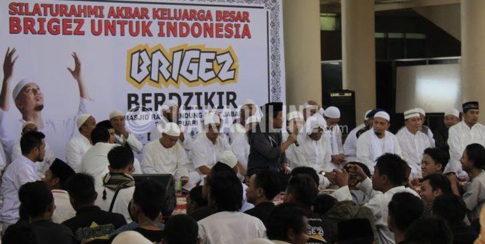 Anggota geng motor Brigez sedang menyimak tausiah yang disampaikan M Arifin Ilham dan Acil Bimbo, di Masjid Raya Bandung (21/2/2015). (Foto: Siti Rosidah/ Magang)