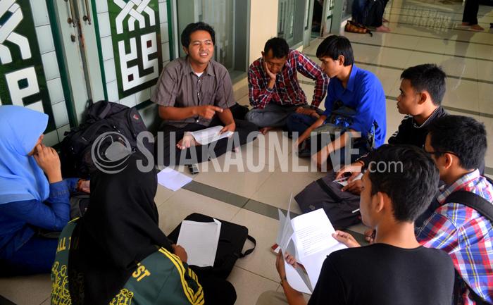 Sejumlah mahasiswa berdiskusi diselsar masjid Iqomah UIN SGD Bandung, Kamis (13/2/2015). Kurangnya ruang diskusi khusus dikampus tersebut menyebabkan mahasiswa berdiskusi disembarang tempat. (Foto : Tito Rahmatullah/Magang)