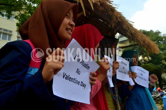 Sejumlah mahasiswa berfoto bersama dalam aksi pameran anti Valentine Day yang digelar komunitas Muslim Cerdas di halaman Fakultas Ushuludin UIN SGD Bandung, Kamis (13/2/2015). Dalam aksi tesebut dipajang puluhan posterpenolakan terhadap hari Valentine yang dinilai tidak sesuai dengan budaya umat Islam. (Foto: Tito Rahmatullah/Magang)