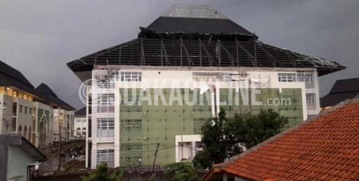 Perpustakaan UIN SGD Bandung yang rusak setelah diterjang angin puting beliung, Desember 2014 lalu. Sampai sekarang perbaikan Perpustakaan masih belum diperbaiki, karena terkendala Anggaran.