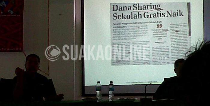 Redaktur Pelaksana Koran Sindo Jabar, Slamet Prasono sedang menjelaskan materi penulisan dalam acara Pelatihan Jurnalistik di Aula Fakultas Syariah dan Hukum, Selasa (24/2/2015). (Suaka/Wisma Putra).