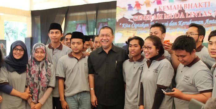 Wakil Gubernur Jawa Barat, Deddy Mizwar berpoto bersama peserta Kemah Bakti Generasi Muda Lintas Agama setelah membuka kegiatan tersebut (24/2/2015). (Do. Pribadi)