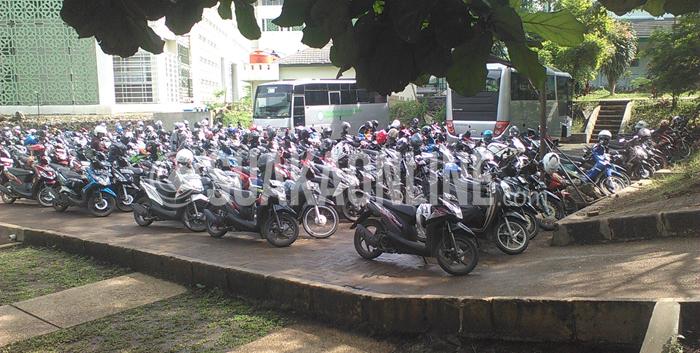 Suasana parkiran di samping Auditorium UIN SGD Bandung, Selasa(10/2/2015). Parkiran belum tertata rapi sepenuhnya karena sistem yang diberlakukan belum efektif, seperti minimnya petugas di beberapa titik parkiran. (Foto: Edi Prasetyo/Magang).