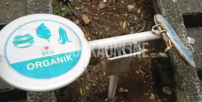 Tempat sampah program UIN Hejo DEMA UIN SGD Bandung yang terbengkalai di Sekitar Gedung Z. (Foto: Ibnu Fauzi/Magang).