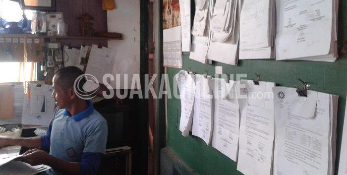 Penjaga Ruang Pertemuan Mahasiswa, Agus Arifin. Saat ditemui Suaka di ruang kerjanya, Jumat (27/2/2015). (Azzah Mahmudah/ Magang)