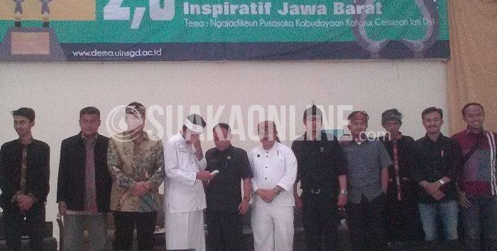 Para pemateri berfoto bersama dengan beberapa anggota Dema UIN SGD Bandung selepas memberi materi, Rabu (25/3/2015). Acara tersebut diselenggarakan di Auditorium Multipurpose, membahas tentang nilai-nilai budaya, terutama budaya sunda. (Edi Prasetyo/ Magang)