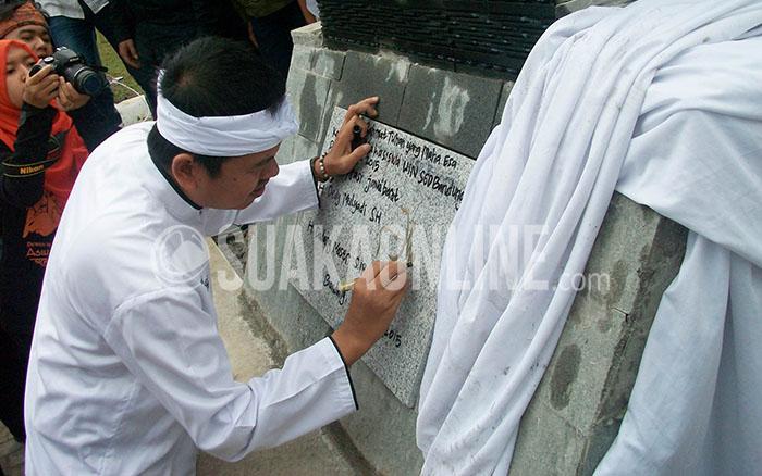 Bupati Purwakarta, Dedi Mulyadi sedang meresmikan Tugu Kujang di depan Aula Baru UIN SGD Bandung, Rabu (25/3/2015). Egidya Mahardini/Magang)